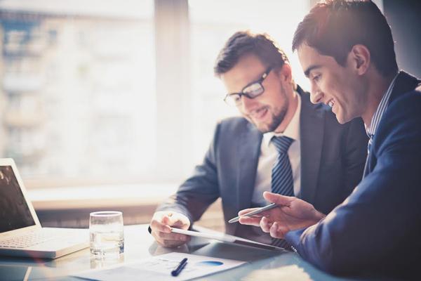 Conheça alguns modelos de mesas para salas de reunião
